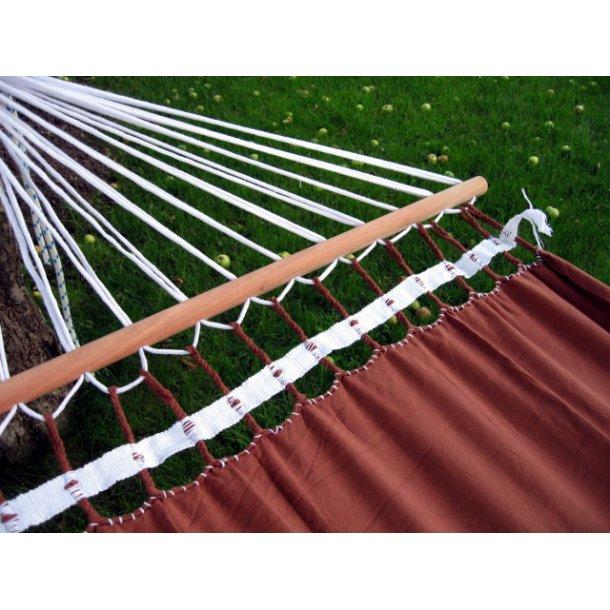Brun hængekøje med 1,18 meter brede rundstokke