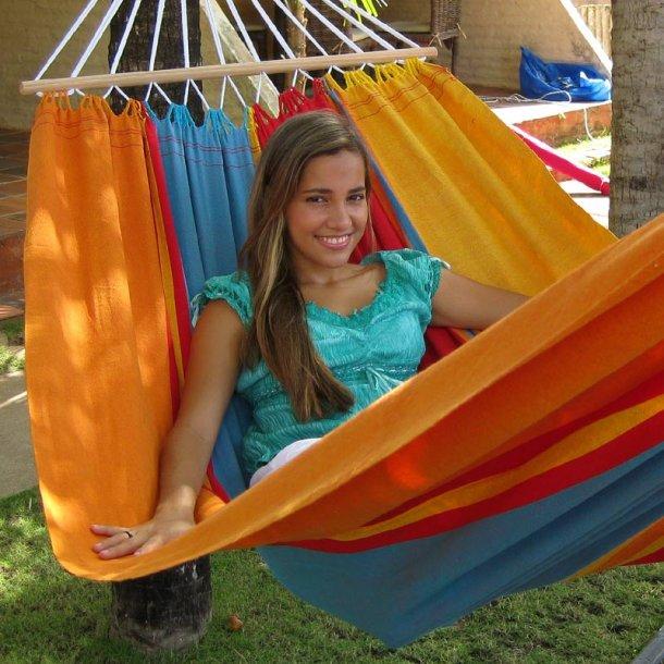 Hængekøje med rundstokke i sommerglade farver