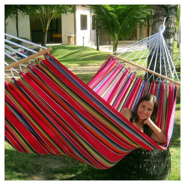 Mexico Rosa Hængekøje med rundstokke. Kvalitets hængekøje både hvad angår stof og håndfremstilling. Hængekøjen er perfekt til 1 person.